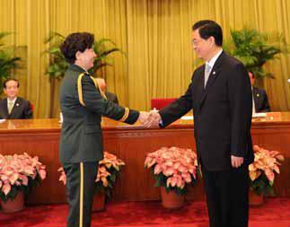 胡锦涛主席亲切接见张利岩并为她颁发南丁格尔奖章