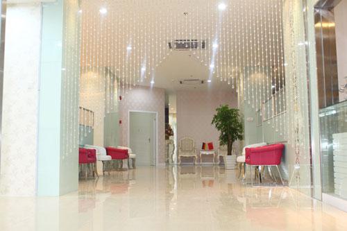 广州海峡医学整形美容门诊 医院环境   广州海峡整形水晶走廊 长长的