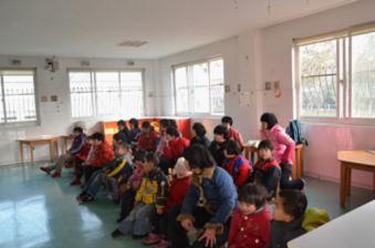 宽敞的教室里坐了20几个小朋友