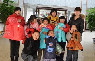 杭州维多利亚工作人员与福利院小朋友合影