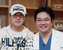 歌手Kim Seon Hyeong与高兰得整形外科柳相旭院长合影