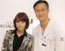歌手李知恩和ID医院朴相薰院长合影