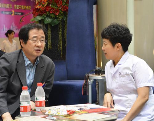 郑东学教授交谈图