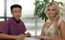 汤颖峰为2014世界超模总决赛选手提供塑美治疗