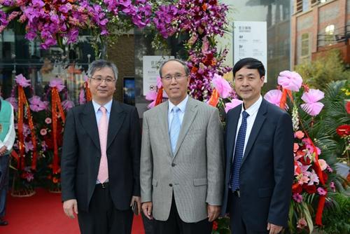 洪性范院长、原上海市副市长周禹鹏与董事俞日东合影