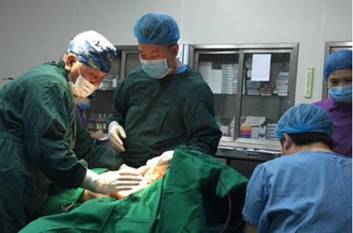 长沙雅美医疗美容医院院长肖征刚在为叶子实施手术