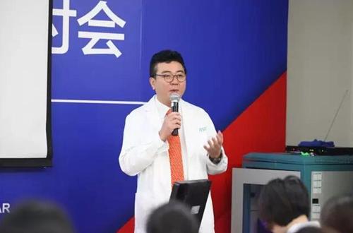 研讨会现场,郑祥奎教授分享眼部整形经验