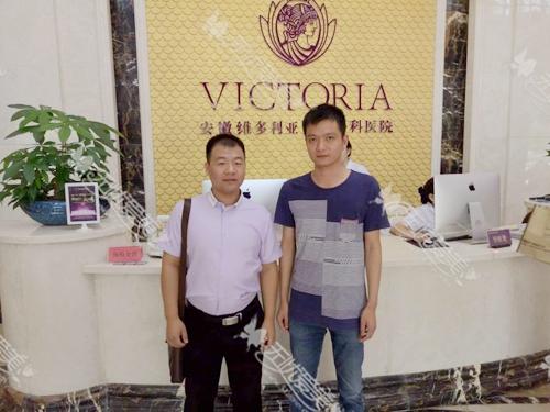 无忧刘经理(左一)和维多利亚负责人合影