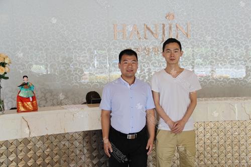 无忧爱美刘经理(左)和南京韩辰医院周主管合影