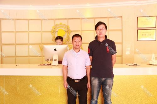 无忧爱美网市场总监刘总和南京维多利亚整形周总(右)合影
