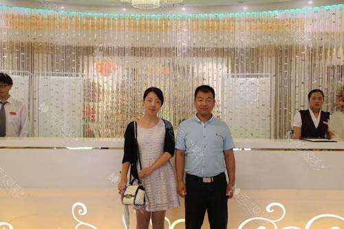 上海天大姚主管(左)和无忧爱美刘经理合影