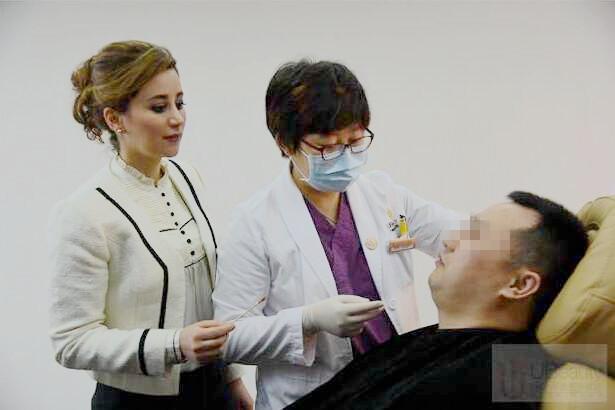 杨澄宇医生正在为案例模特进行乔雅登面部注射