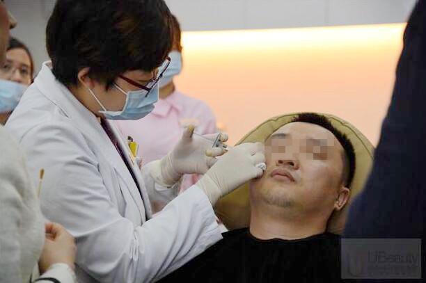 杨澄宇医生进行乔雅登面部注射