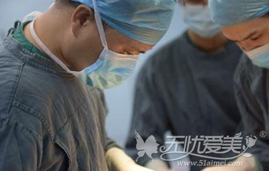 深圳美莱梁志为医生为汤医生做隆胸手术