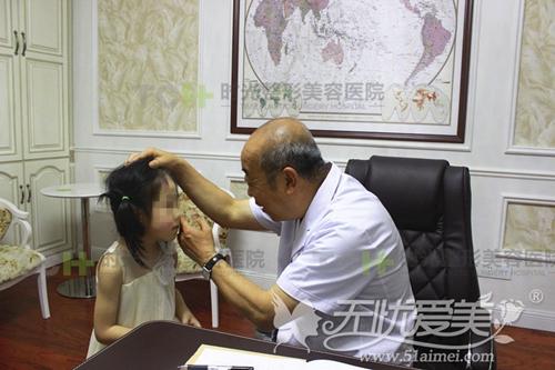 刘耿院长为色素遗传患者静静做检查