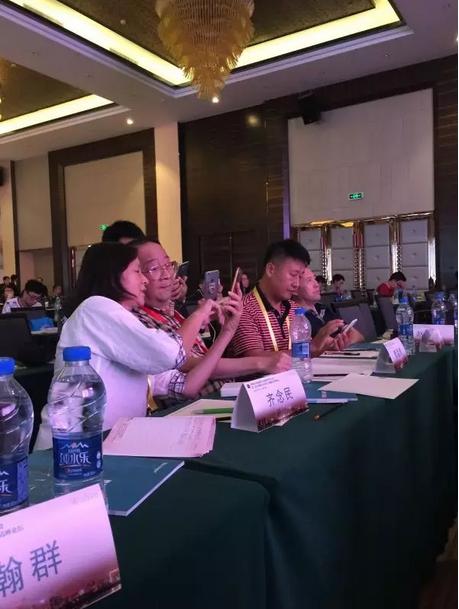 曹孟君教授与省各地的医生进行技术探讨和交流