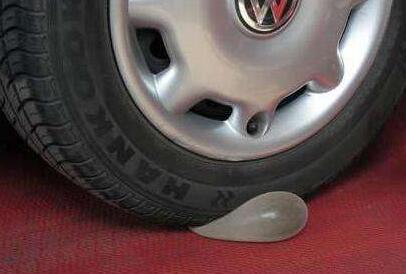 硅凝胶假体可以承受一辆卡车的挤压而不变形,植入人体中安全性很高。