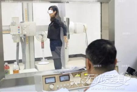 刘燕燕去福州海峡做隆鼻手术前检查