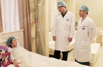 瑶瑶在北京玉之光做自体脂肪丰胸手术当天