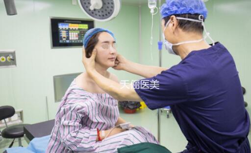 在大连天俪医美做面部提升术中设计画线