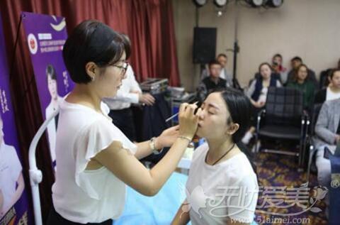 韩国汇恩美容培训学院院长李敬给顾客做纹绣
