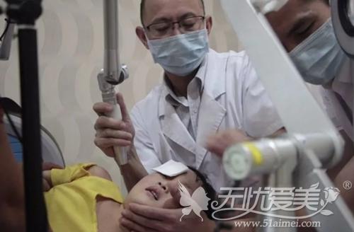 2岁太田痣女孩在福州海峡接受激光治疗过程