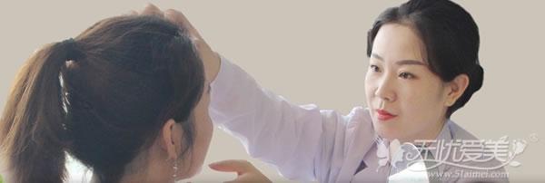 杨俊斐医生在工作中和顾客沟通