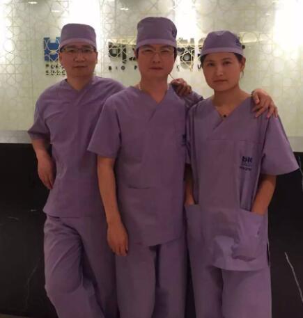 陈院长与国际专家同台进行高难度鼻修复手术