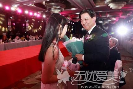上海伊莱美整形顾客张小荣向江院长献花