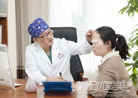 张海明跟顾客做术前交流