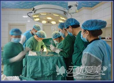 郑州天后整形专家手术中