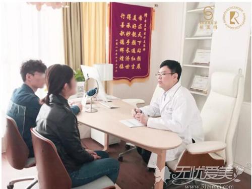 张辉教授与求美者交流沟通