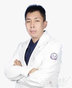 曾在全国整形外科专科医院北京黄寺美容外科医院工作多年,擅长采用微创手术施行重睑、精细化眼袋、隆鼻、隆下颌等面部精雕手术,面部除皱的注射填充、瘦脸除皱除皱。2013年5月,参加中华医学会医学美容与美容学会第二期美容外科进修学习班。另外,曾经多次赴新加坡及韩国现代美学、郑东学心眼美整形医院参加美容培训班及各种学术研讨会。
