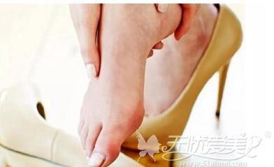 穿高跟鞋易引发拇指外翻