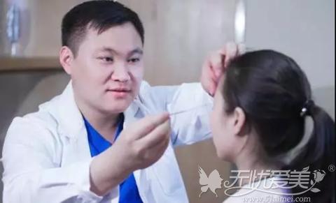 安琪儿整形马永奎医生为求美者面诊设计方案