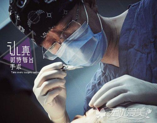 手术中的孟强医生